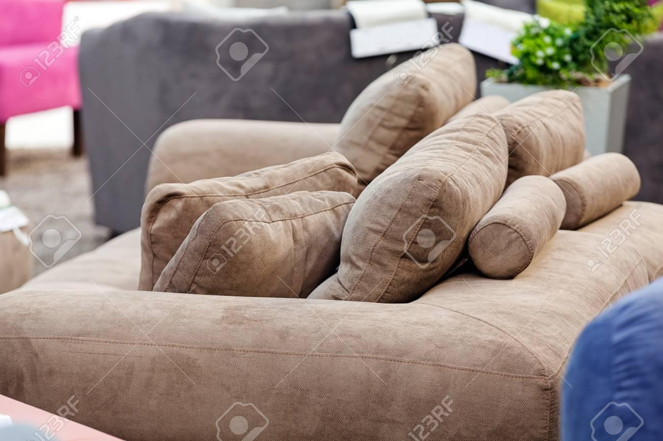 Cuscini Su Divano Marrone primo piano marrone cuscini accoglienti sul divano; nota la profondità di  campo