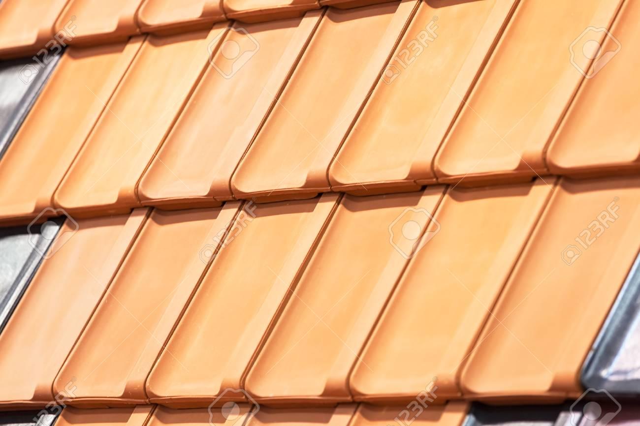 Immagini stock tipi di piastrelle rosse per il tetto per coprire