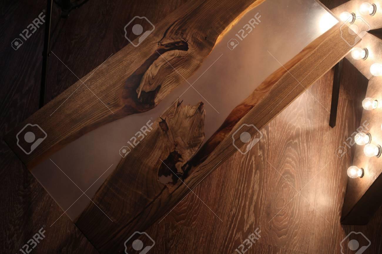 Table En Bois Et Epoxy Avec Lampe Etoile Et Pieds En Metal A L