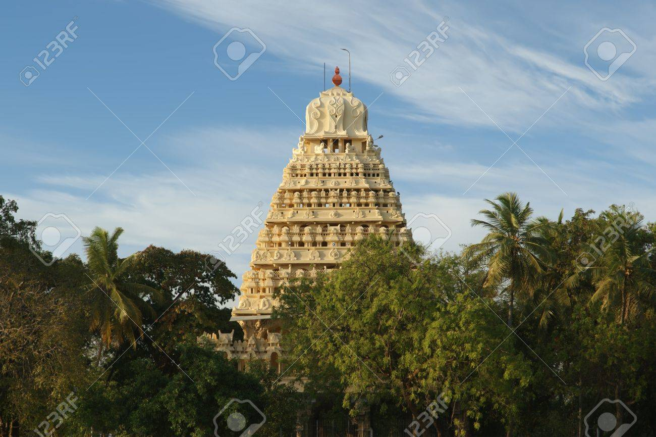 Traditional Hindu temple on lake in the city center, South India, Kerala, Madurai Stock Photo - 11319781