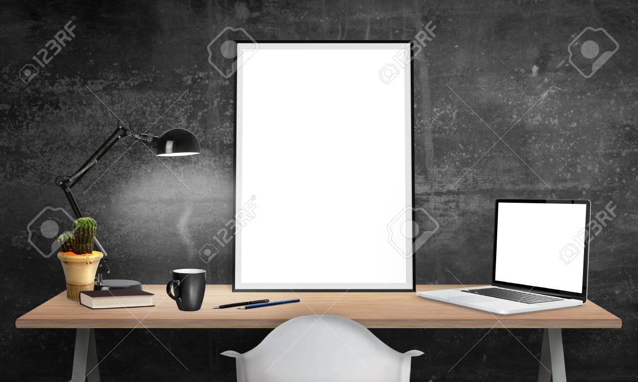 Cadre d affiche isolé et ordinateur portable sur le bureau pour