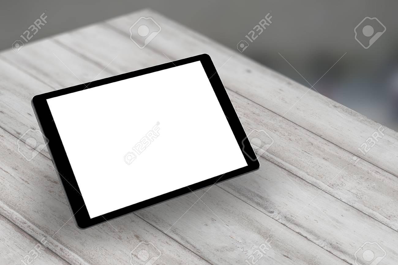 Tablette avec écran isolé blanc sur le bureau en bois vue
