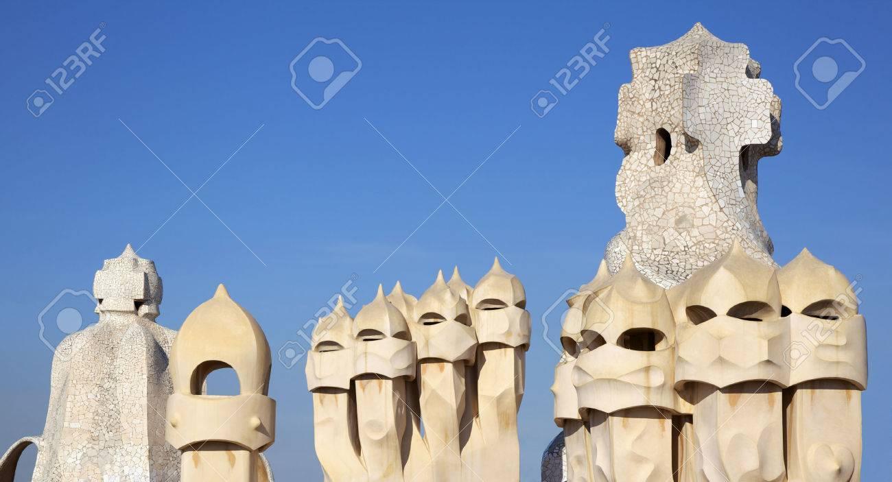 Estatuas Gaudí Chimeneas De La Casa Milà También Llamado La Pedrera De Barcelona Terraza De La Casa Mila Con Las Chimeneas En Forma De Soldados