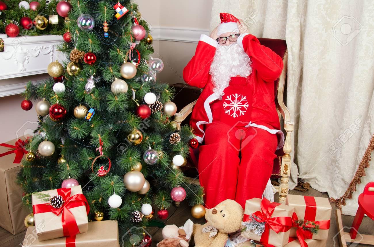 Albero Di Natale Regali.Immagini Stock Il Babbo Natale E Malato Albero Di Natale E Regali Image 85088578