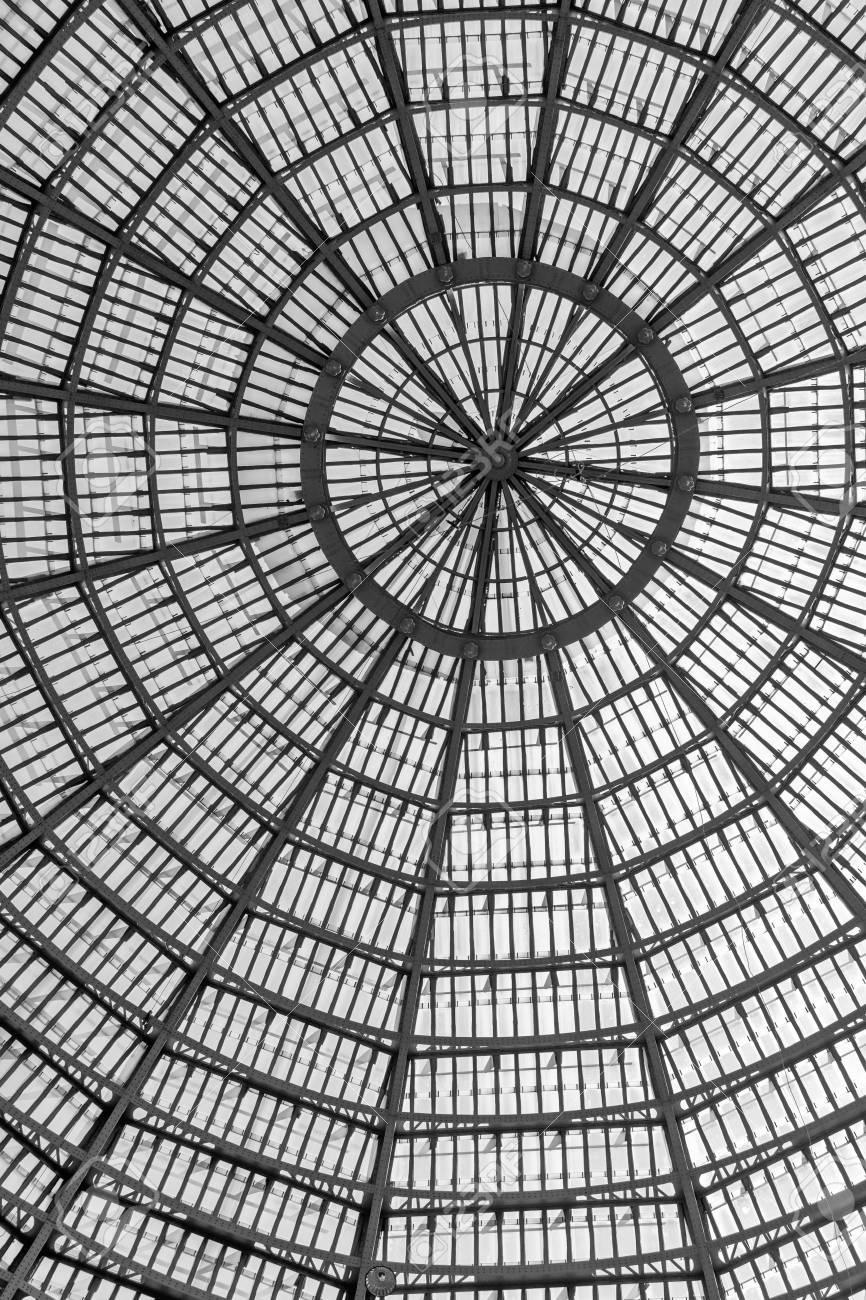 Múltiples Ventanas De Vidrio Como Parte De Techo Abovedado Formato Vertical Blanco Y Negro Con Metálico Y Cúpula De Cristal Detalle Estructura Bajo