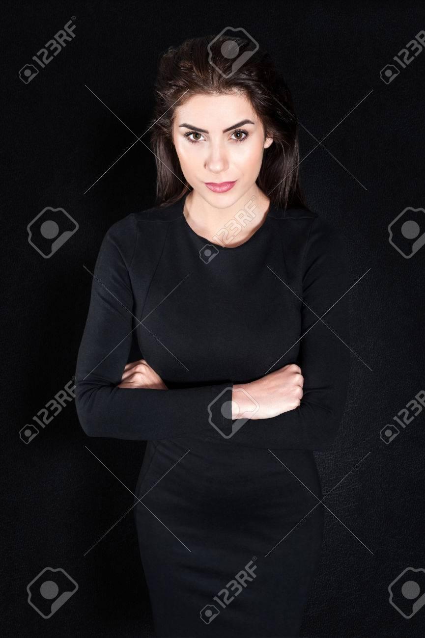 Ongebruikt Jonge Vrouw Staan ??ernstige Tegen Zwarte Achtergrond In Elegante PD-81