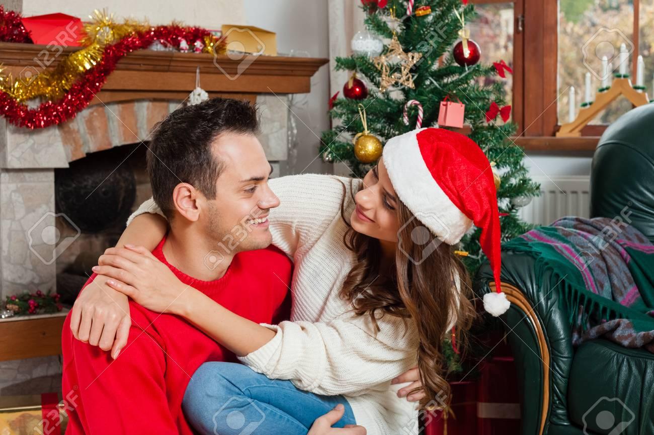 Immagini Stock Festeggiamo Il Natale Insieme Belle Giovani Coppie