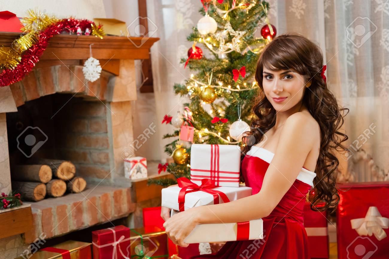 Hübsche Junge Frau In Rote Und Weiße Weihnachten Kleid Und Langen ...