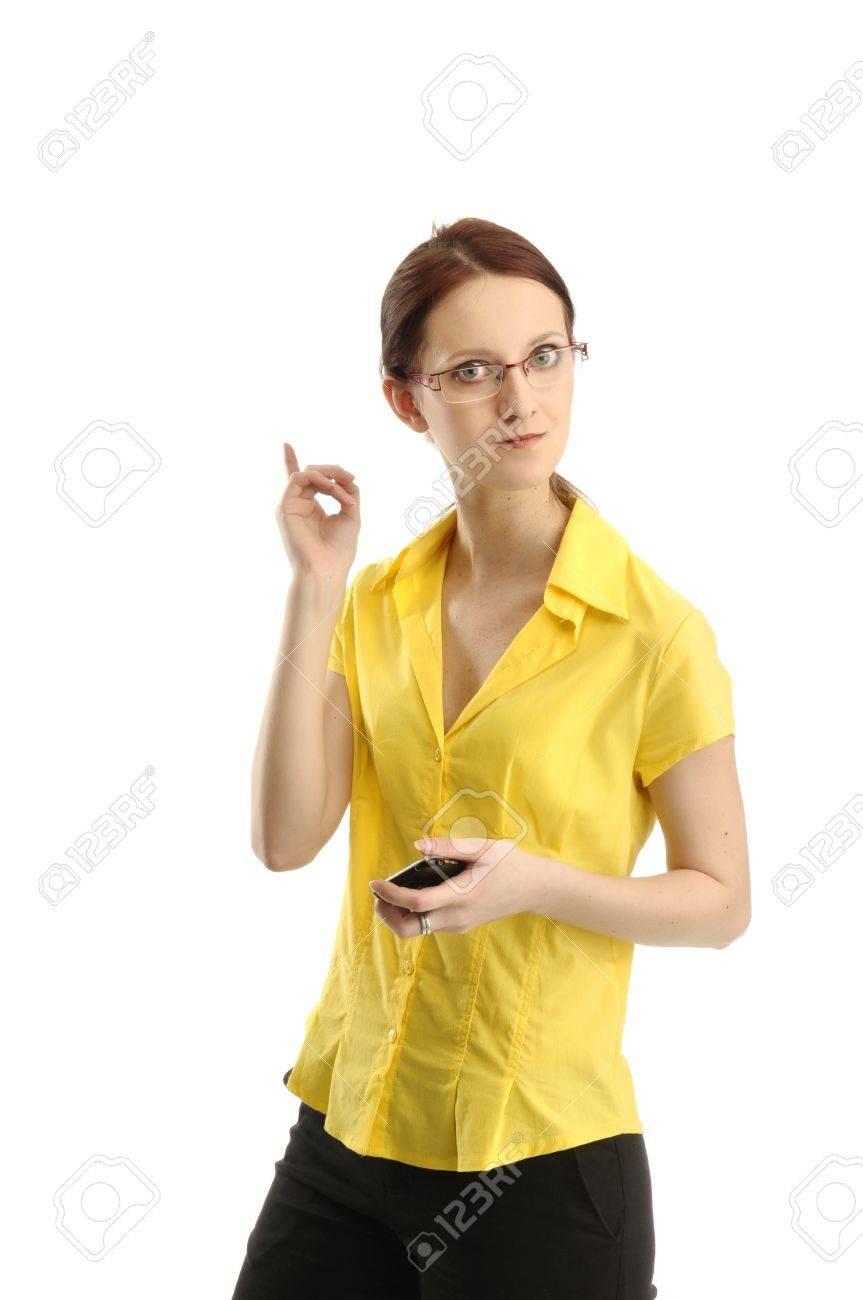 b1099d6a2dfa Retrato de mujer estricta en la celebración de camisa amarilla de teléfono  en la mano