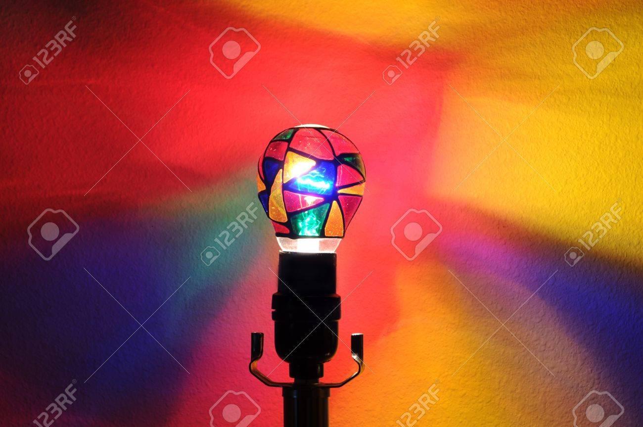 banque dimages une ampoule colore avec arc en ciel peintes de couleurs projetant sur le mur derrire elle avec atelier avec salle pour votre texte - Ampoule Colore