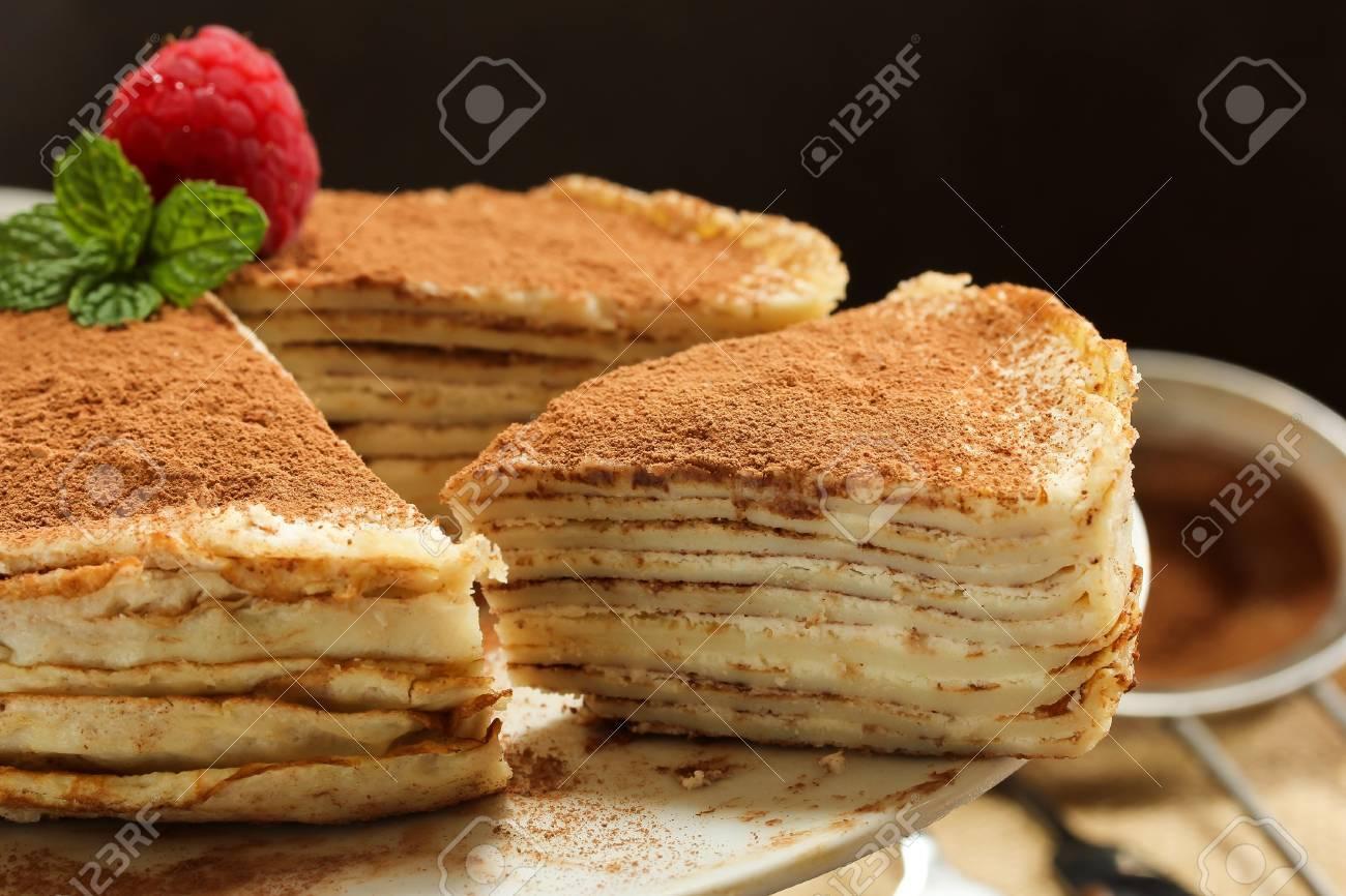 Tiramisu Crepe Kuchen Serviert Auf Weissem Kuchen Stand Multilayered