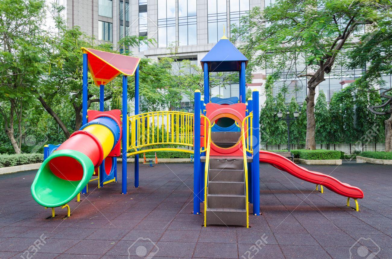 Amazing Un Air De Jeux #2: Moderne Aire De Jeux Colorée Enfants Dans Un Parc Public Banque Du0027images -  15695750