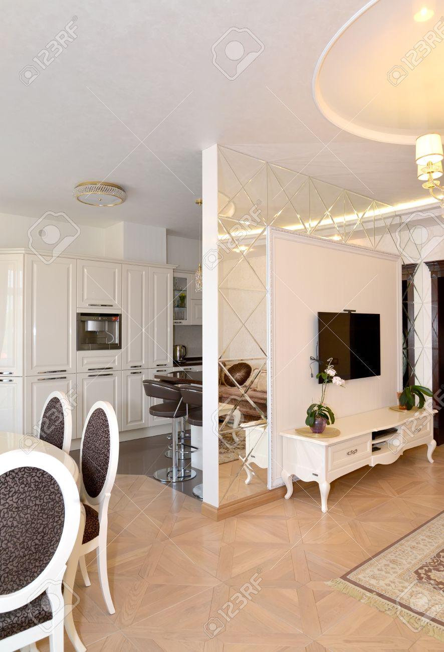 blick auf einen salon und der küche geteilt durch eine interzimmer