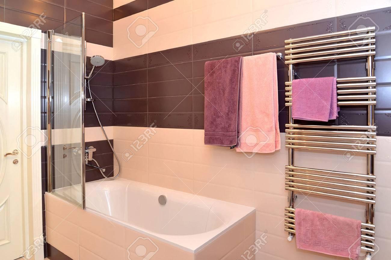 Intérieur Salle de bains avec les serviettes de suspension