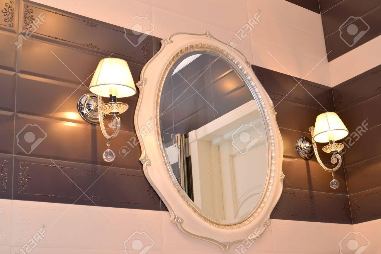 Immagini stock specchio e due applique in bagno classici