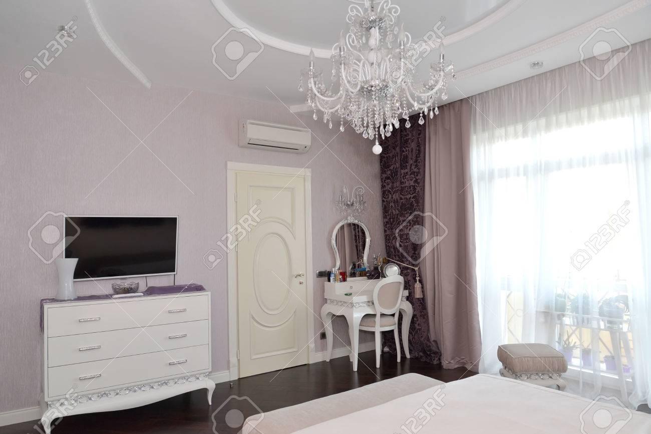 interieur slaapkamer met witte meubels. moderne klassiekers met, Deco ideeën