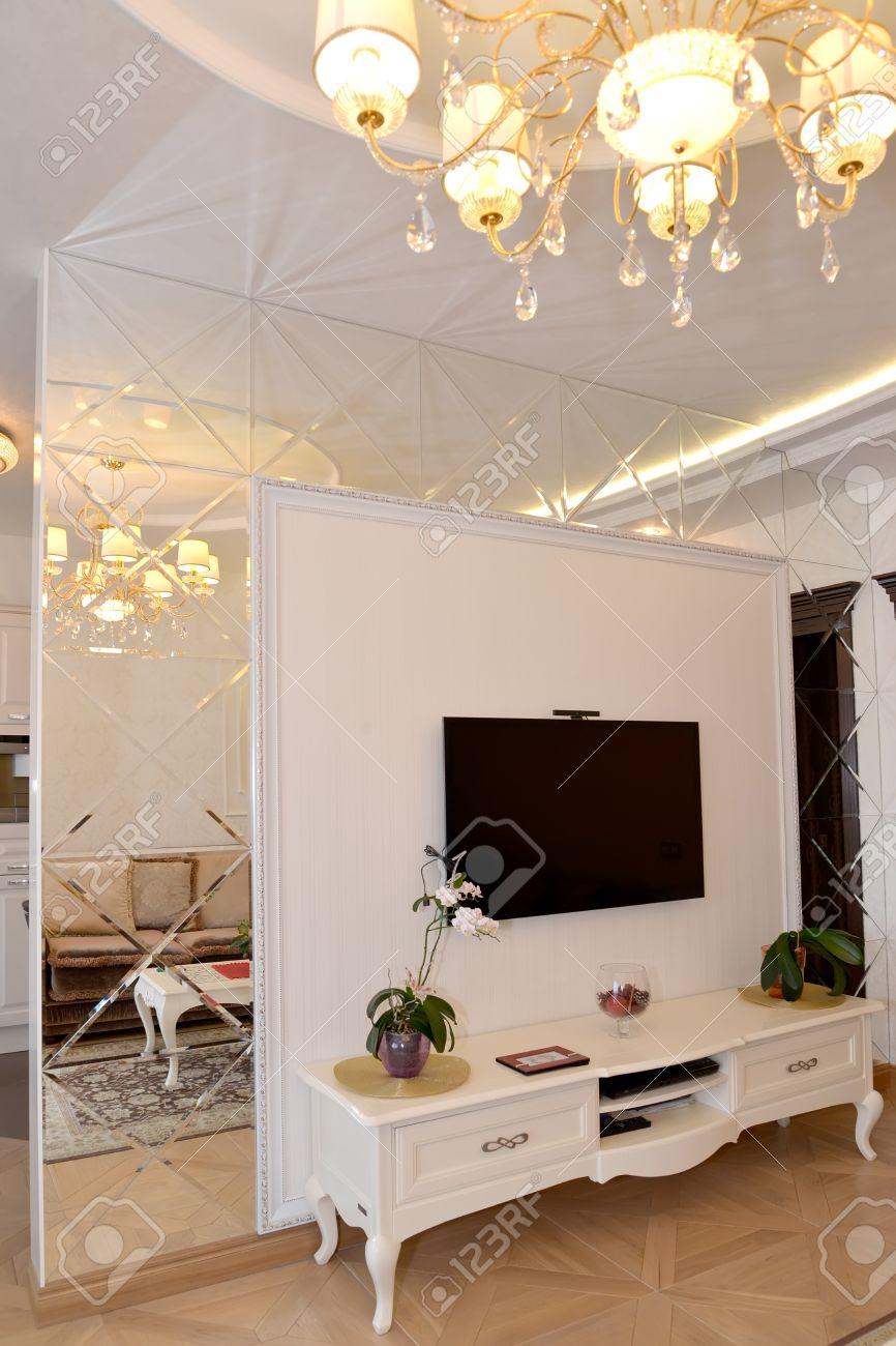 Mezhkomnatnye Partition Miroir Mural Dans Un Salon. Classiques ...