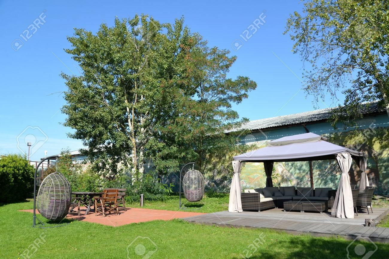 Arbor Carpas, Sillas Colgantes Y Muebles De Jardín De Madera En El ...