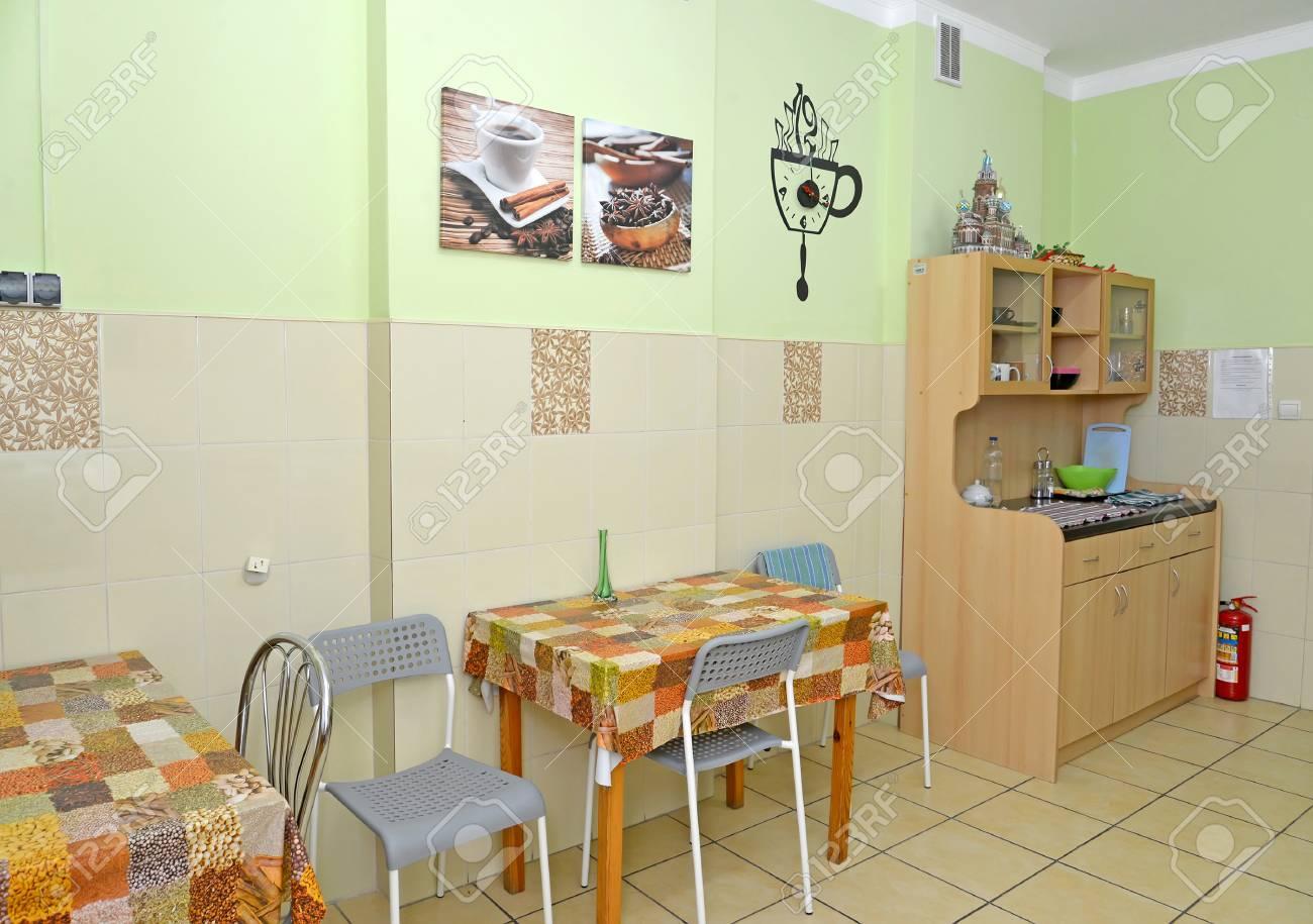 Interior De Una Cocina-comedor En El Pequeño Hotel Fotos, Retratos ...