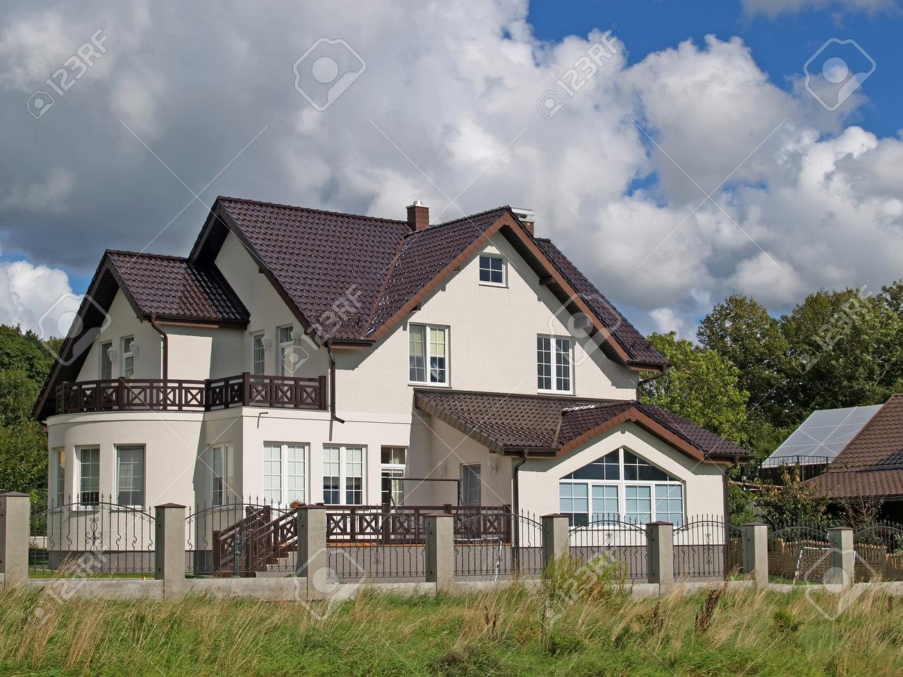 Casa De Campo Con Un Techo De Tejas De Color Marrón. Región De Kaliningrado  Foto