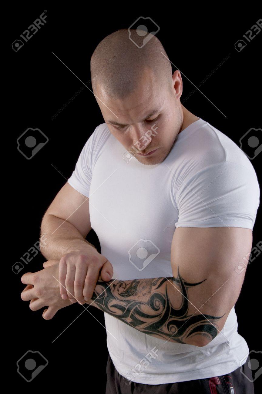 Hombre Musculoso Con Un Tatuaje En Su Brazo Flexionando Sus Bíceps