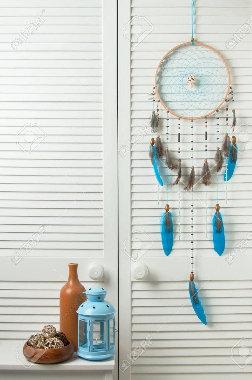 Attrape-rêves turquoise avec bougeoir bleu et bouteille marron dans  l\'intérieur de la chambre. Décor de chambre
