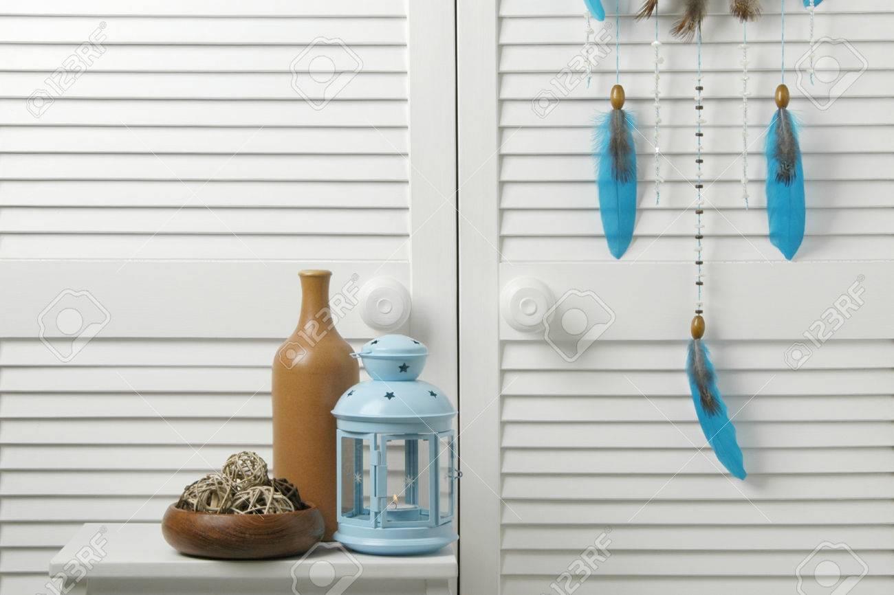Decor Chambre A Coucher Bleu Marron Avec Bouteille Et Chandelier