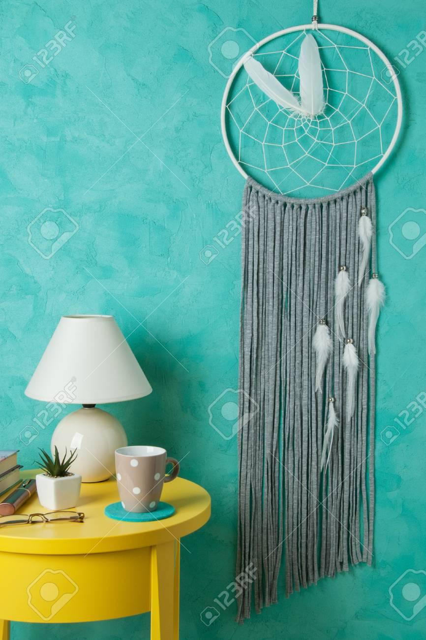 CÙte da sogno grigio bianco, comodino giallo, pianta, tazza in interni  camera da letto sul fondo turchese textured. Decorazione della camera da  letto