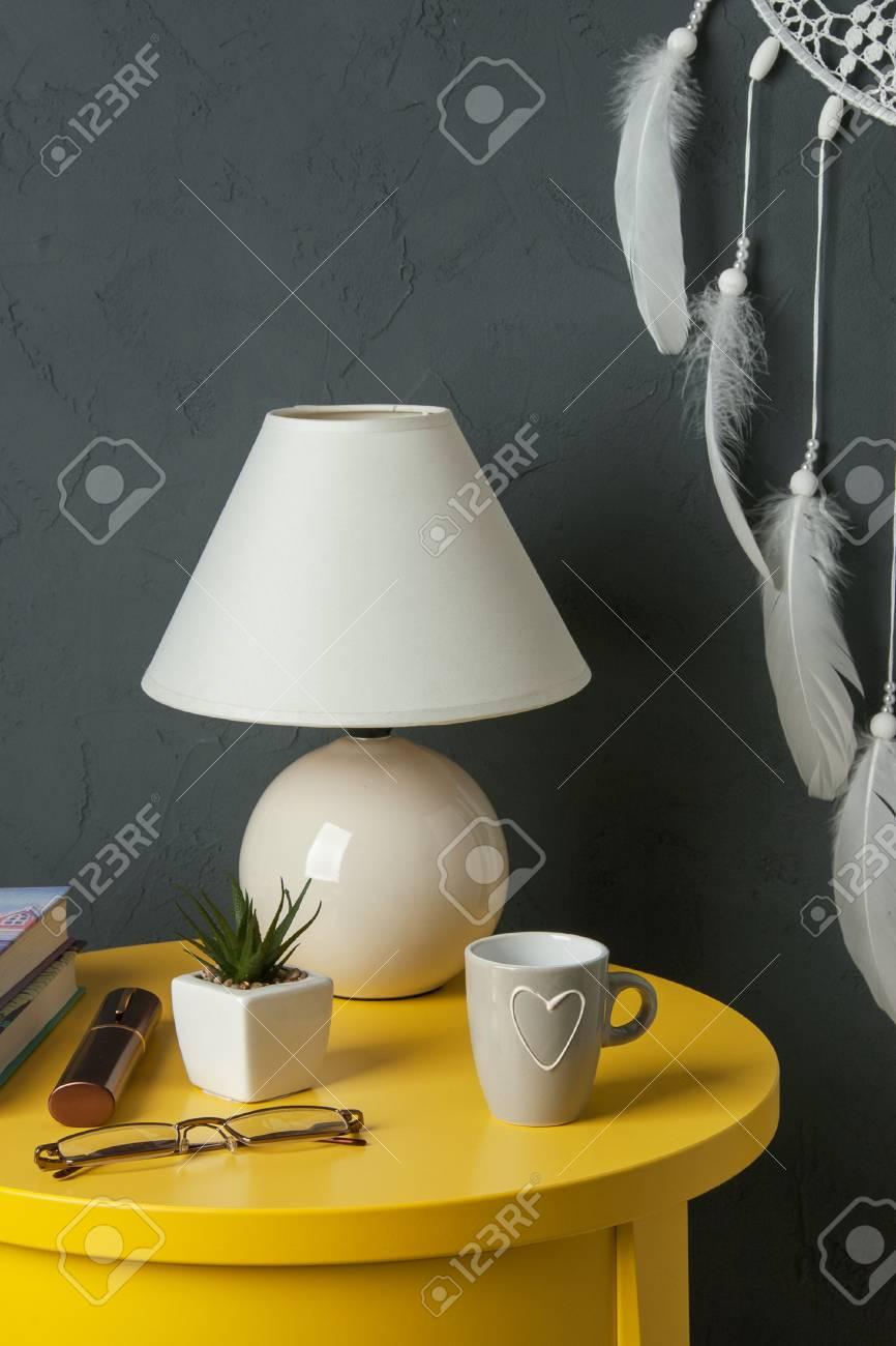 Capteur De Reves Blanc Table De Chevet Jaune Plante Tasse Et Lampe Dans L Interieur De La Chambre Sur Fond Texture Gris Fonce Decor De Chambre