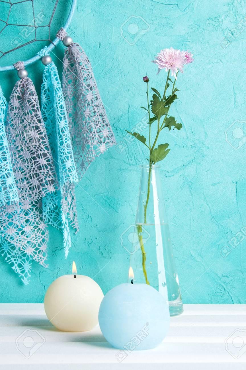 Graue Blaue Spitze Traumfänger Hautnah, Blau Und Creme Aroma Kerzen Und  Rosen Chrysanthemen. Schlafzimmer
