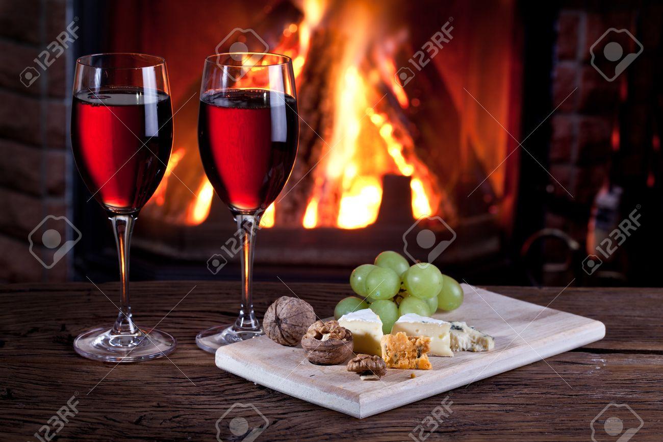 Vie Encore Romantique Pres De La Cheminee Verres De Vin Le Fromage