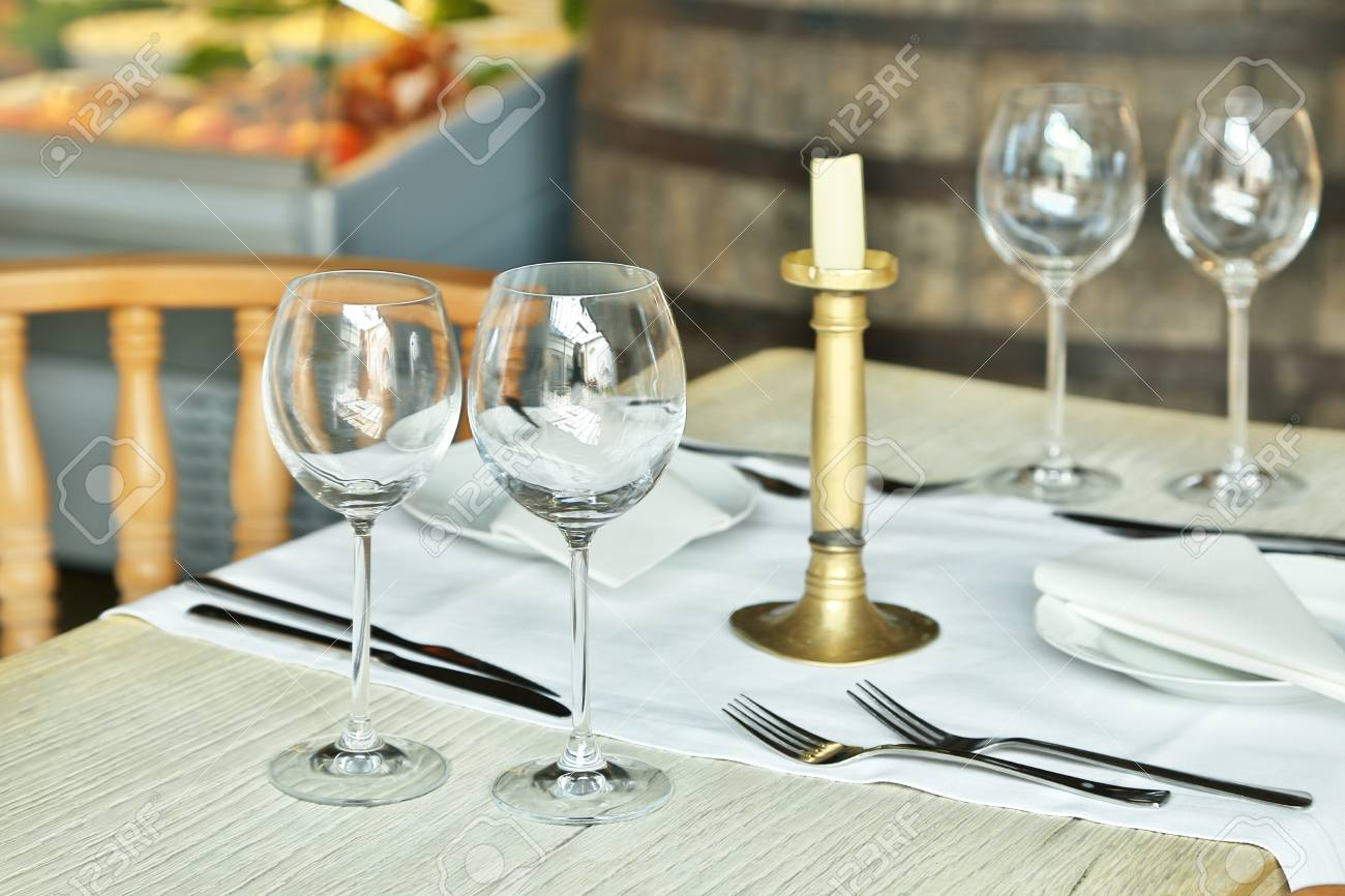 glasses table setting. Table Setting With Wine Glasses At The Vintage Cafe. Stock Photo - 41985366 T