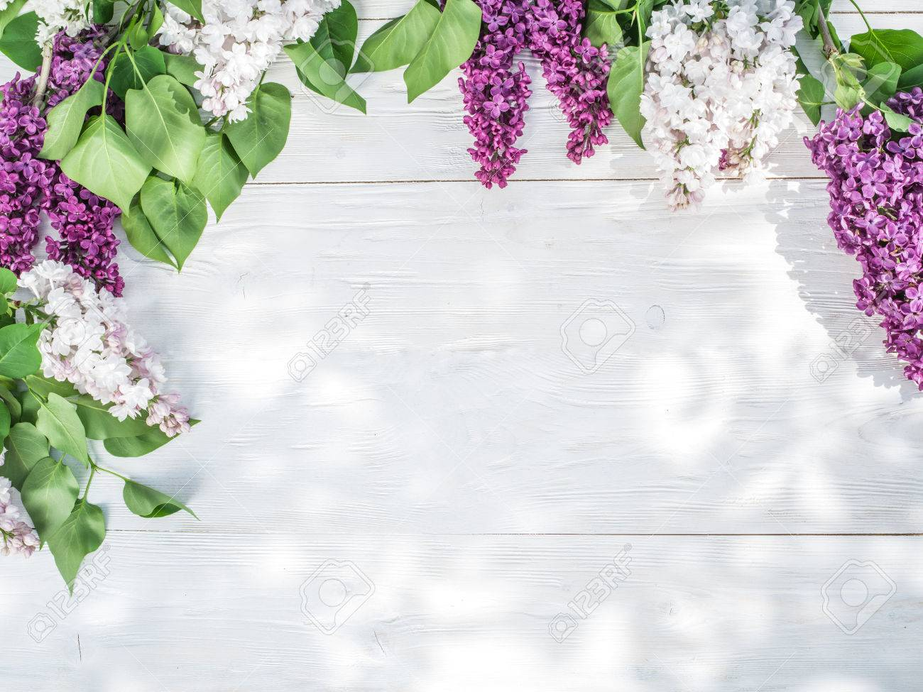 Blooming lilac flowers on the old wooden table. Standard-Bild - 46222501