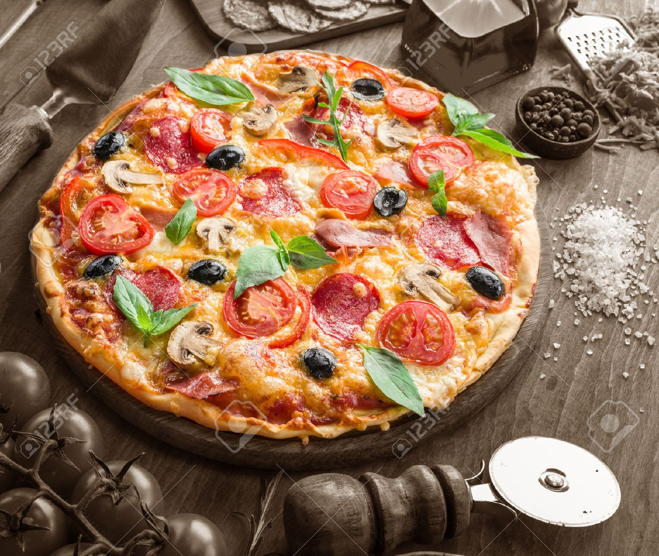 Pizza with mushrooms, salami and tomatoes. Top view. Standard-Bild - 46547661