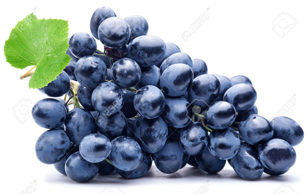 Purple grape with green leaf isolated on white background. Standard-Bild - 46555902