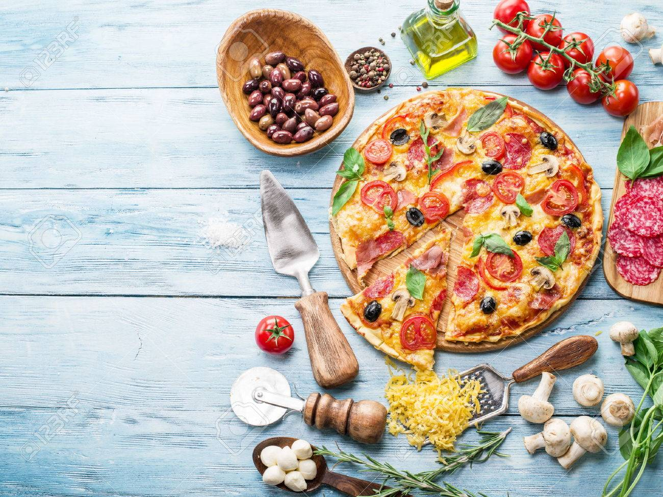 Pizza with mushrooms, salami and tomatoes. Top view. Standard-Bild - 47442946