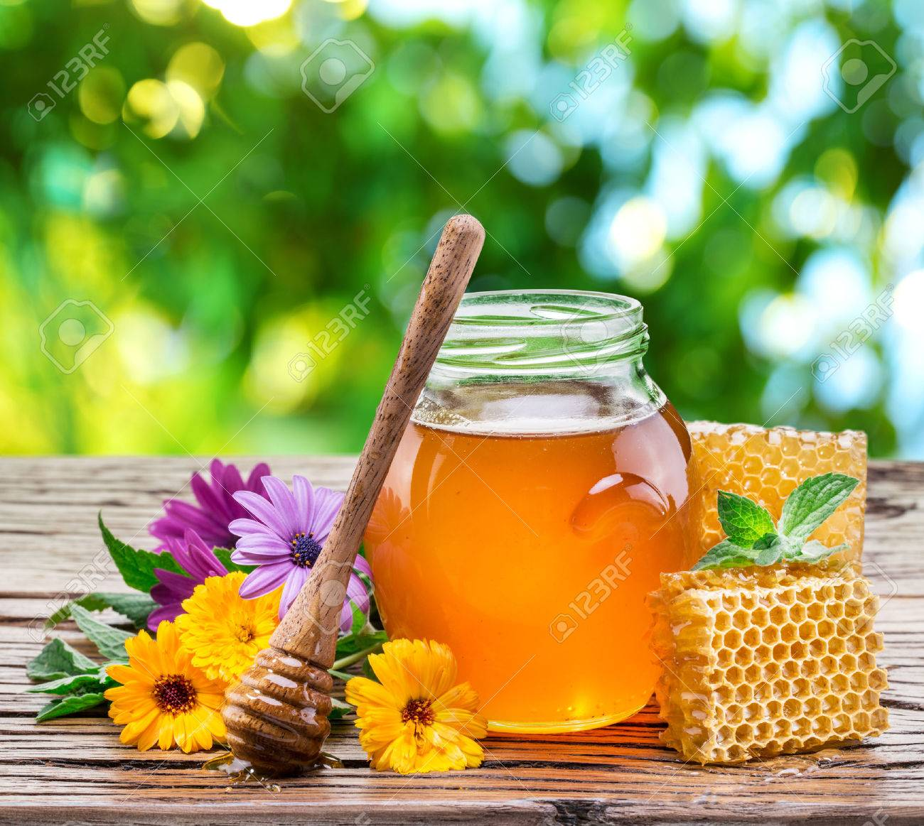 Jar full of fresh honey and honeycombs. High-quality picture. Standard-Bild - 48440585