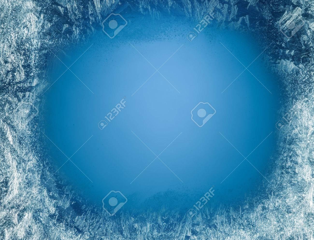 Frosty patterns on the edge of a frozen window. Standard-Bild - 49092187