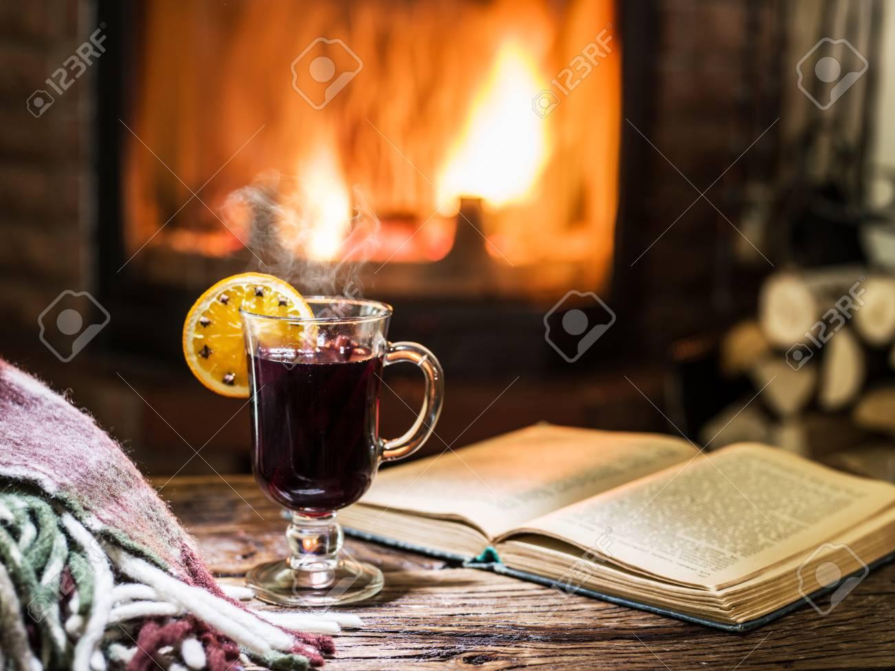 Tafel Met Haard : Hot glühwein en een boek op de houten tafel open haard met warm