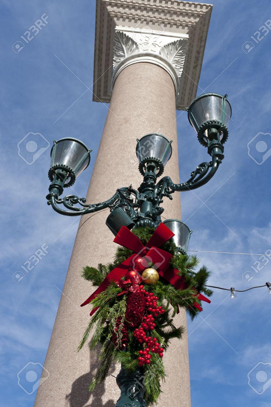 Farola Con La Decoración De Navidad En La Hermosa Columna