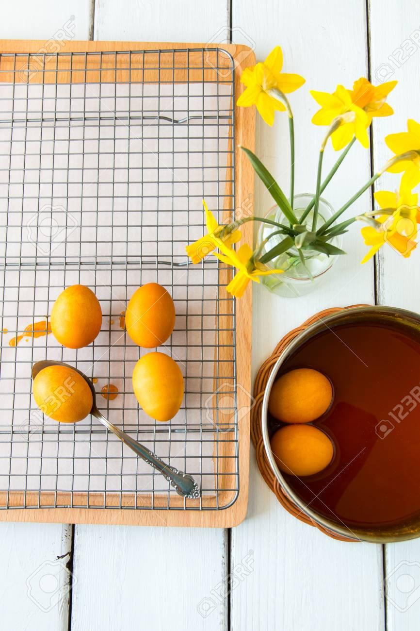 Färben Ostereier Auf Natürliche Weise Mit Kurkuma Für Senf - Gelbe ...
