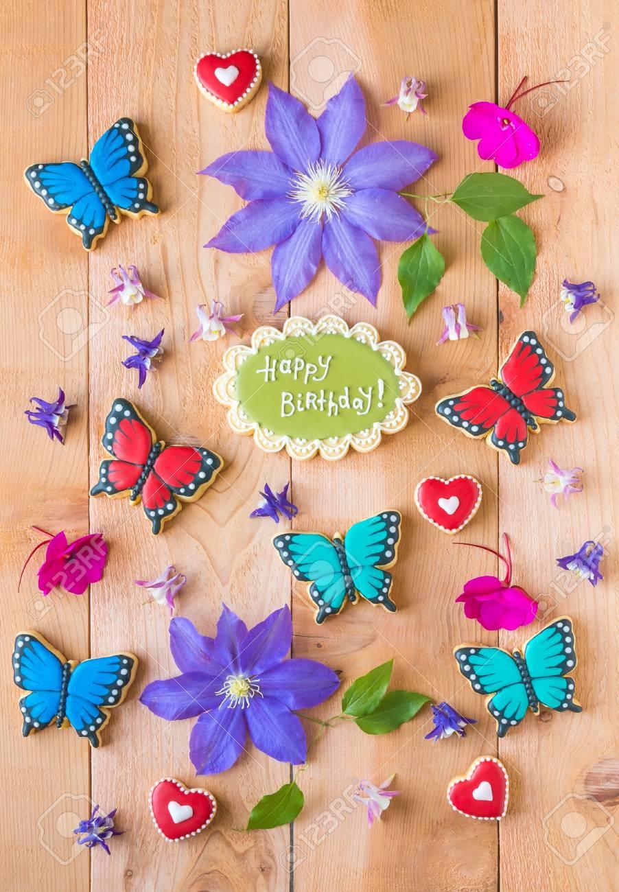 Flores De Colores Feliz Cumpleaños Composición De Galletas Y Galletas En Forma De Mariposa Hecho En Casa En La Mesa De Madera De Cedro