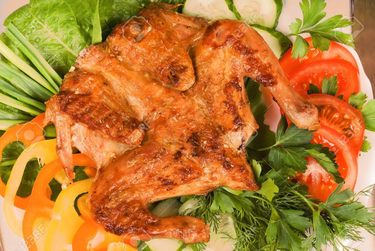 Gegrilde kip tapakats (tabaka) met groenten en een glas rode wijn ...