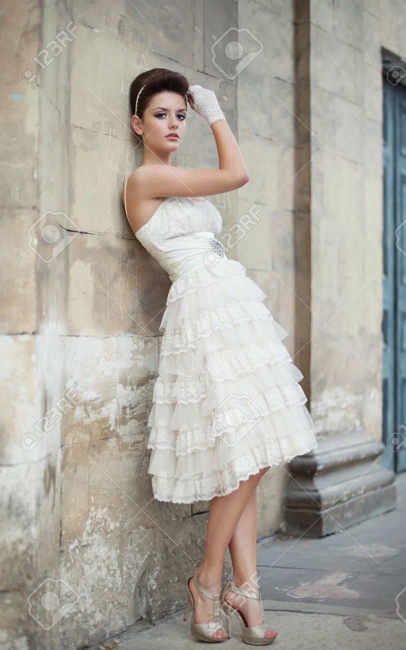 Muy hermosa morena en un vestido de novia. Rero estilo Foto de archivo - 14347053
