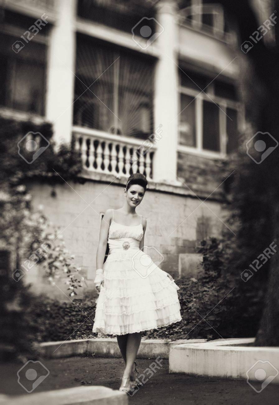 Muy hermosa morena en un vestido de novia. Rero estilo Foto de archivo - 14347219