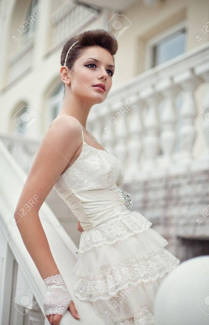 Muy hermosa morena en un vestido de novia. Rero estilo Foto de archivo - 14346983
