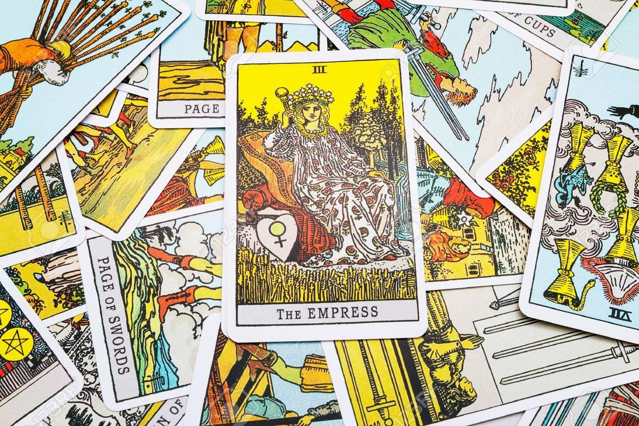 Tarot cards Tarot, the empress card in the foreground. - 45132906