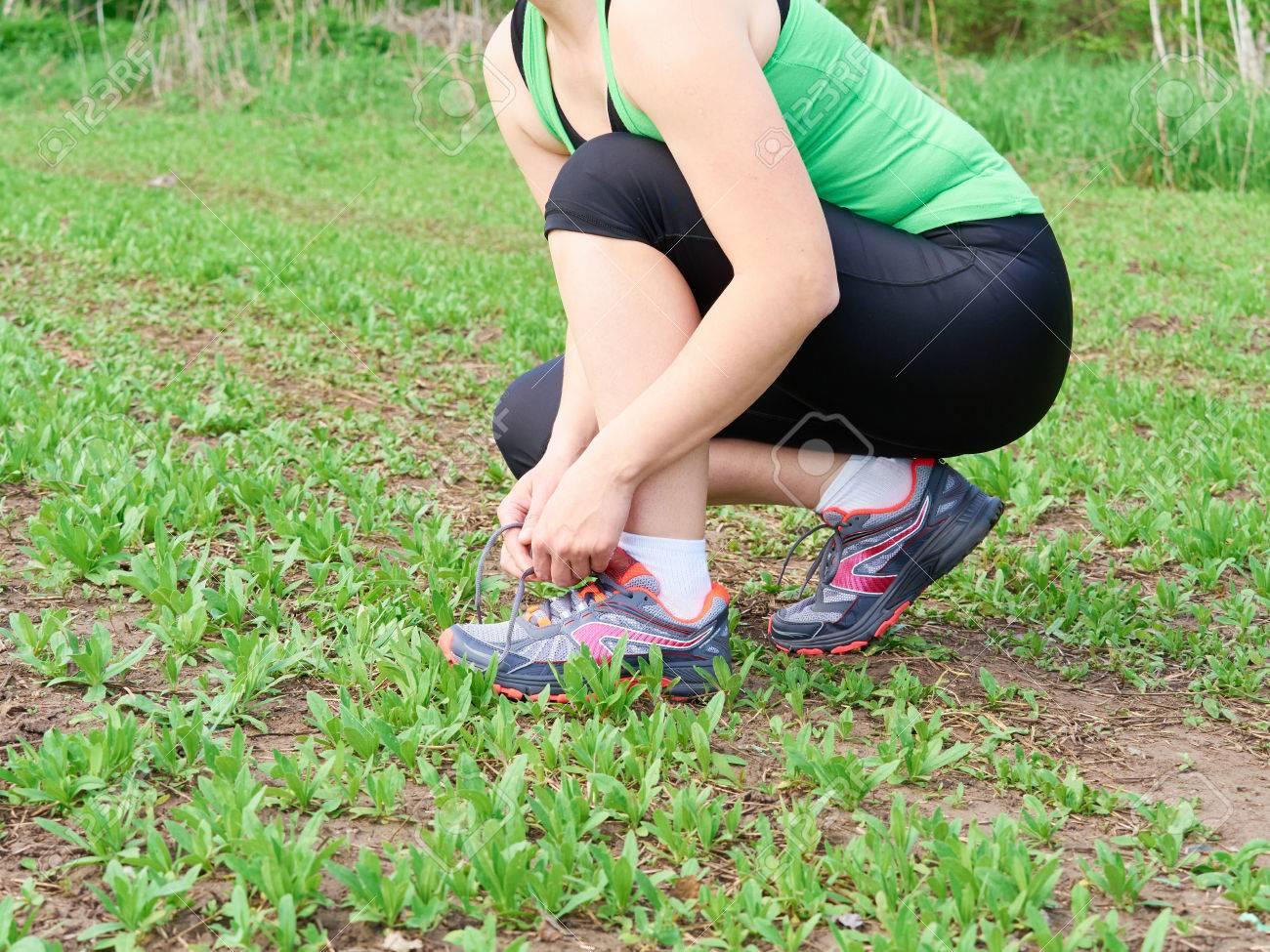 Actif style de vie femme athlète sain attachant des chaussures de course.  Heureux sportif coureur d1508cac715
