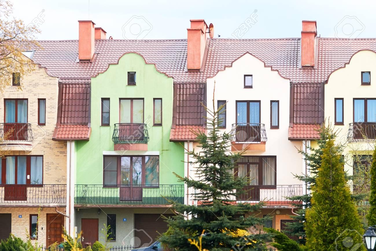 Facades De Maisons En Couleurs façades de maisons colorées, couleurs pastel pâles en europe.
