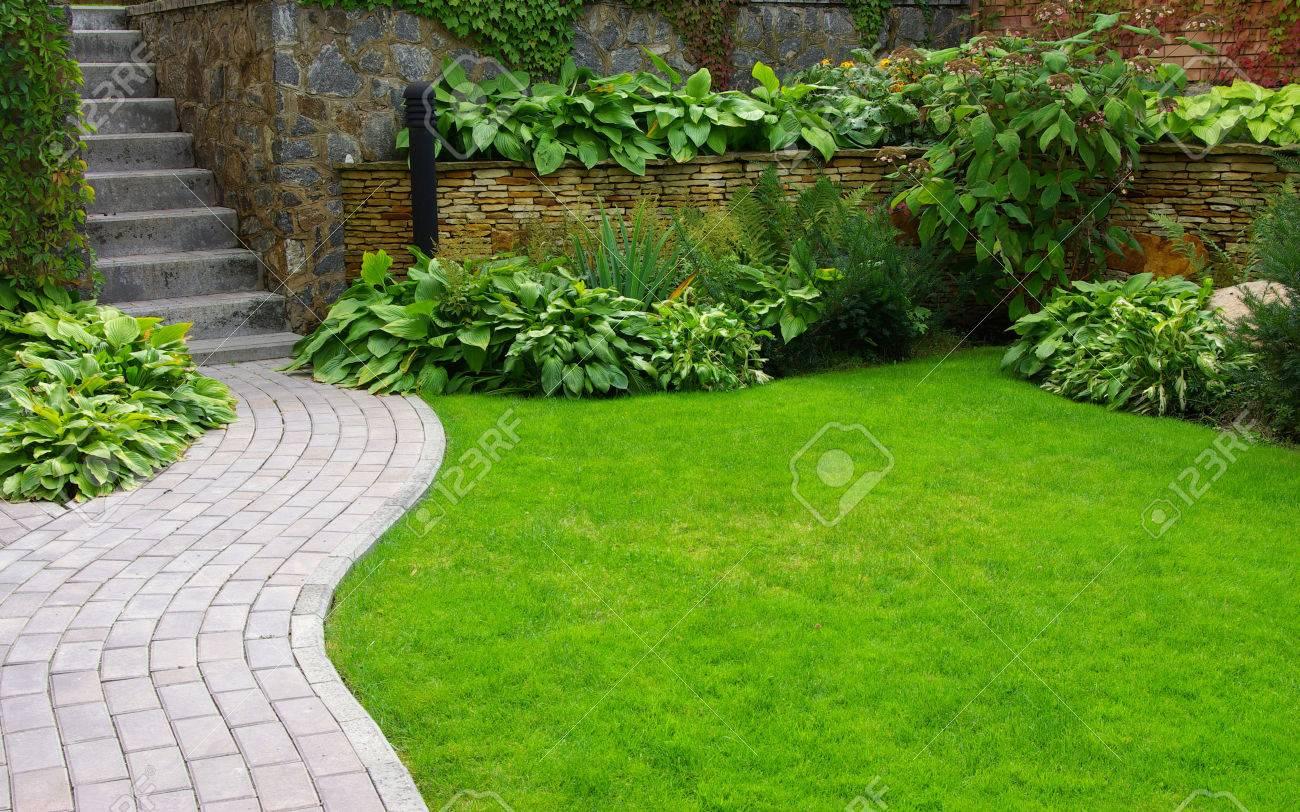 Jardin Camino De Piedra Con La Hierba Que Crece Entre Las Piedras - Piedra-jardin